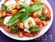 Рецепта Салата Капрезе от домати, моцарела, яйце, босилеков сос песто, крутони и риган